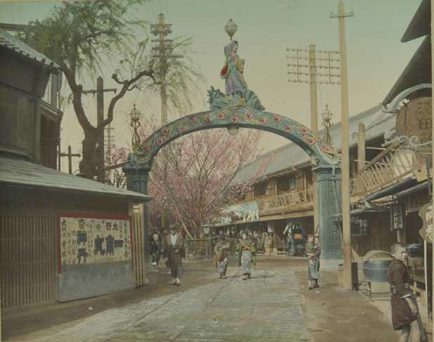 フランス国立ギメ東洋美術館・写真コレクションより 作者不明(横浜写真)「吉原大門」1907-1911年 © MNAAG.