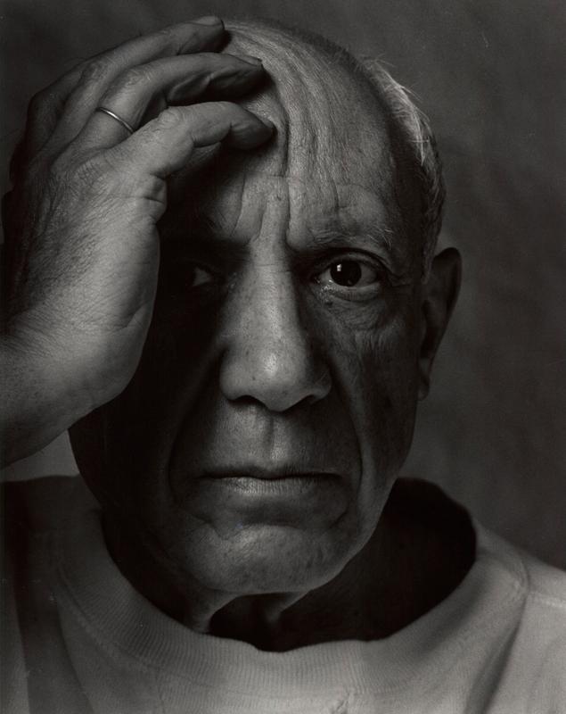 アーノルド・ニューマン「パブロ・ピカソ、画家・彫刻家・版画家」ヴァロリス・フランス、1954年© 1954 Arnold Newman / Getty Images